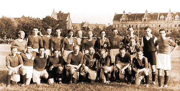 1947: Vor 13000 Zuschauern besiegt Schalke 04 die Spvg Hameln 07 mit 3:2