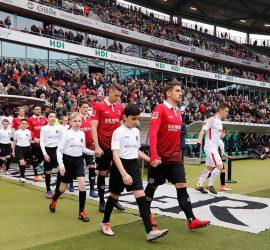Einlauf und Spalierkids beim Hannover 96 Heimspiel